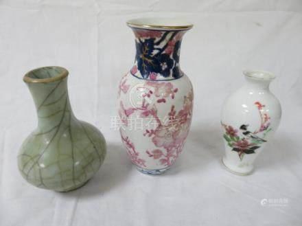 CHINE Lot de 3 vases : un en porcelaine blanche à décor d'oiseau bracnhé, un en porcelaine c
