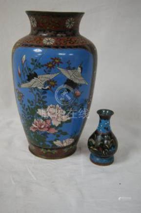 CHINE Lot de 2 vases en cloisonné. 10 et 25 cm (accidents)