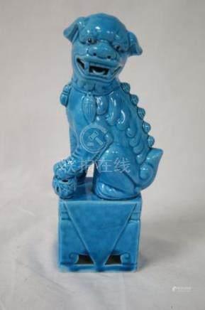 CHINE Chien de fô en porcelaine bleue. Haut.: 20 cm