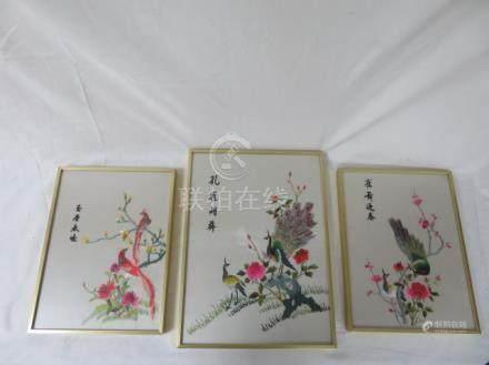 CHINE Paire de broderies sur soie, figurant des oiseaux branchés. Encadrées sous verre. 28 x