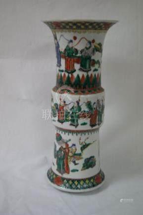 CHINE Vase en porcelaine polychrome, à décor de scènes de palais. Haut.: 35 cm