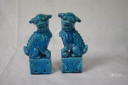CHINE Paire de chiens de fô en porcelaine bleue. Haut.: 16 cm