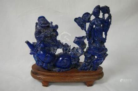 CHINE Groupe en lapis lazuli, figurant un couple de dignitaires. 15 x 18 cm (manques) Socle