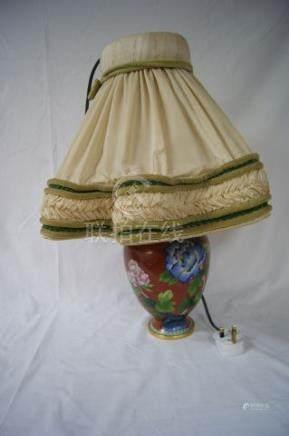 CHINE Vase en cloisonné, monté en lampe. Haut.: 40 cm Avec son abat-jour.