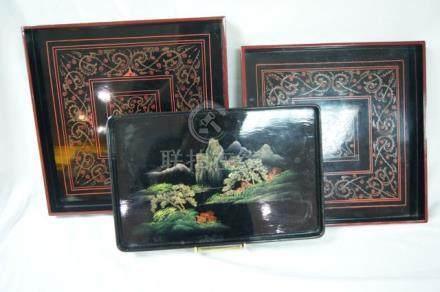 CHINE Série de 2 plateaux en bois laqué. On y joint un 3e à décor de pagode. 23-33 cm