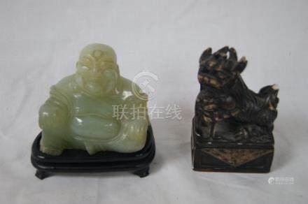 CHINE Lot comprenant un bouddha en pierre dure verte et un cachet en pierre dure à décor d'u