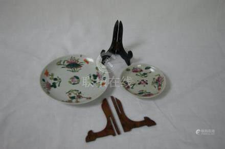 CHINE Lot de deux coupelles en porcelaine blanche à décor de végétaux. 9 et 13 cm