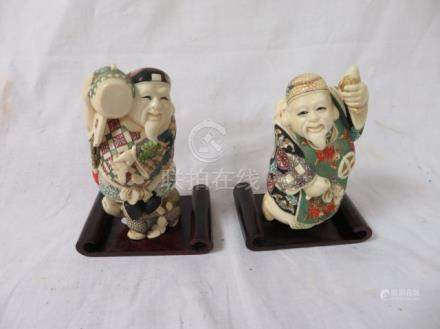 CHINE Lot de deux okimonos en ivoire polychrome. Haut.: 11 cm Socles en bois.