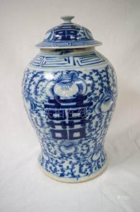 CHINE Potiche en porcelaine blanche à décor bleu de calligraphies. Haut.: 45 cm