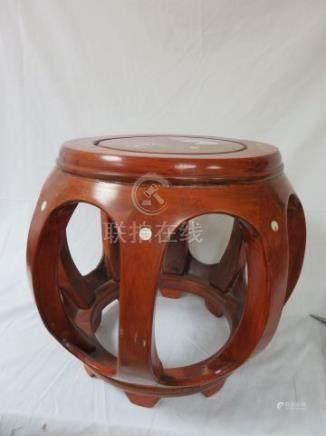 CHINE Petit tabouret en bois exotique, à décor incrusté de nacre. Haut.: 31 cm