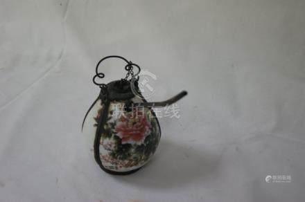 CHINE, pipe à eau en porcelaine polychrome. H= 12cm