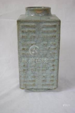 CHINE vase en porcelaine craquelée celadon. Hauteur 30 cm (traces de restauration)
