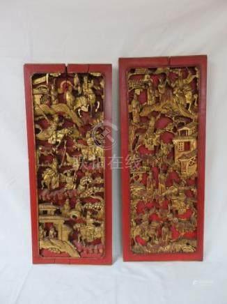 CHINE  Paire de bas reliefs en bois laqué et doré, figurant des scènes de bataille. 65 x 25