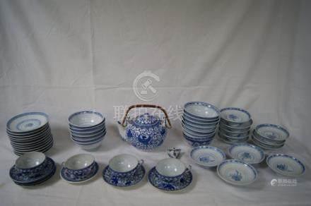 CHINE Lot comprenant une partie de service à thé avec théière, 4 tasses, et 6 sous-tasses, e