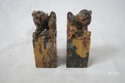 CHINE Paire de sculptures en pierre dure, à décor de chien de fô. Haut.: 10 cm