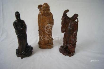 CHINE Lot de 3 sculptures en bois, figurant des dignitaires. 20-23 cm