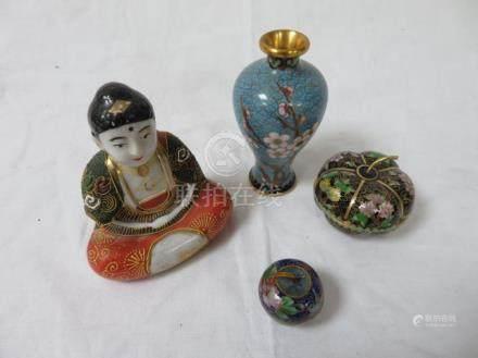 CHINE Lot en cloisonné, comprenant un vase, un pilulier, une boîte. On y joint un bouddha en