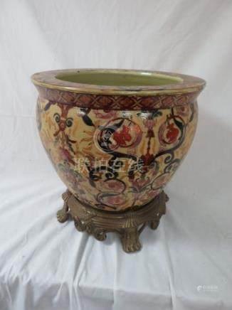 CHINE Cache-pot en porcelaine polychrome, à dcor d'entrelacs et de poissons. 20x27 cm Sur so