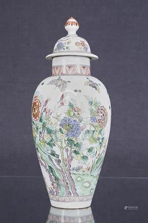 Potiche couverte  Piriforme en porcelaine émaillée dans le goût de la famille verte à décor