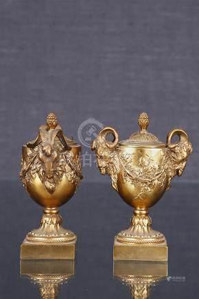Paire d'urnes couvertes de style Louis XVI  En bronze et laiton redoré, à deux anses en tête