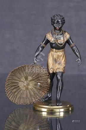 Nubienne au plateau  Sculpture en régule patiné noir et doré figurant une nubienne portant u