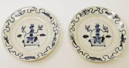 A pair of Chinese Kangxi period blue and white plates, vase of flowers decoration, Diameter 16cm (