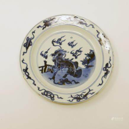 An early Chinese Kangxi period blue and white plate, central dragon with hoofs design, Diameter 16cm