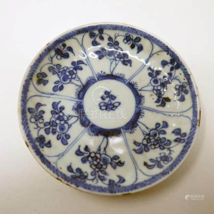 An 18th century Chinese blue and white dish, floral design, Diameter 10cm