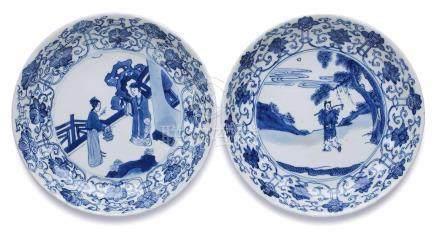 Paar kl. Teller mit Figuren-Szenen,China wohl 18. Jh. Porzellan m. Blaumalerei-Dekor. Gemuldete, rd.