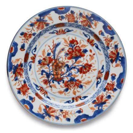 Teller mit Vasenmotiv, China wohl 19. Jh.Porzellan m. Unterglasur-Blaumalerei u. eisen- rotem
