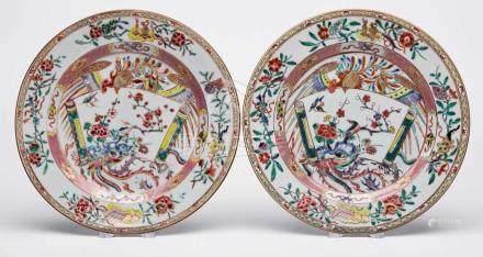 """Paar flache Teller """"Familie Rose"""",China 18. Jh. Buntes Schmelzfarben- u. Golddekor (stilisierte"""