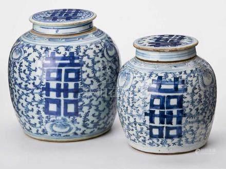 Zwei versch. gr. Ingwertöpfe, China 19. Jh.Bauchige Wandung m. Blaumalerei, stilisiertes