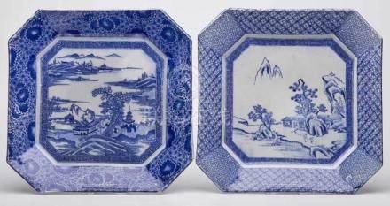 Zwei 8-eckige Platten, China 19. Jh.Blaues Aufdruckdekor. Je im Spiegel m. Flusslandschaft, einmal