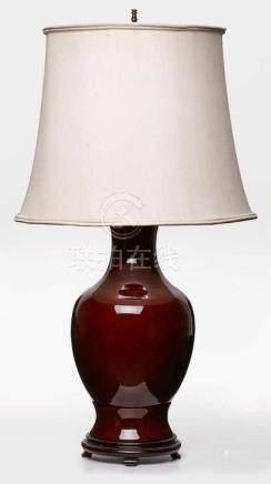 Gr. Vase m. Lampenmontierung,China 20. Jh. Balusterförmige Wandung m. Ochsenblutglasur. 2-flammig,