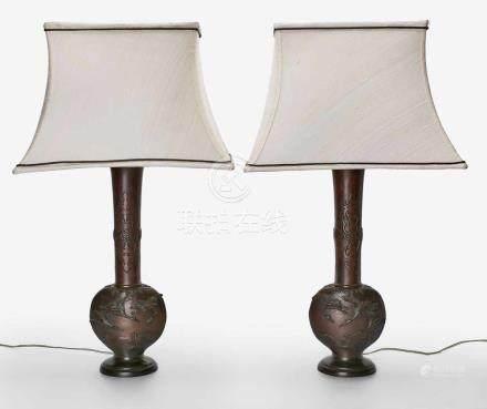 Paar reliefierte Bronze Balustervasen m. Lampenmontierung, China 20. Jh.Wandung m. stilisierten