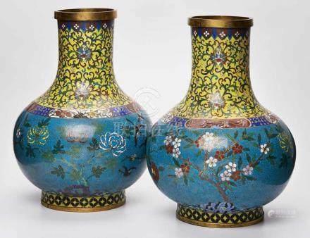 Paar gr. Cloisonné-Vasen, China Ende 18. Jh.Bronze, emailliert. Bauchige Wandung m. hellblauem Fond,