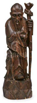 """Holzskulptur China, Anfang 20. Jh.Holz vollrd. geschnitzt u. dunkelbraun gebeizt. """"Weiser"""" m. Zäpter"""