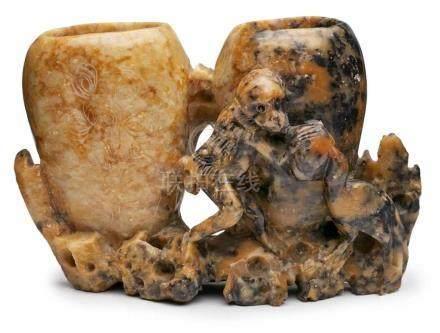 Pinselbecher, China wohl um 1900.Speckstein geschnitzt, teils durchbrochen ge- arbeitet. Floraler