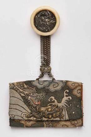 Kl. Tasche, China um 1900.Mehrgliedriger Kettenanhänger, rd. Elfenbeinanhänger m. reliefiertem