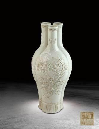 清 白釉浮雕福祿壽三多紋三孔瓶 (大清乾隆年製)款