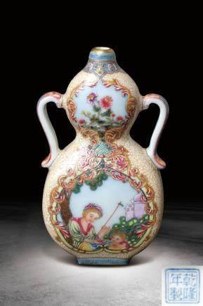 清 乾隆  粉彩開光西洋人物紋葫蘆雙耳瓶 (乾隆年製)