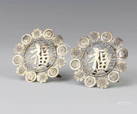 A pair of Chinese silver menu holders decorated with Mon, 40 grams, 7cm