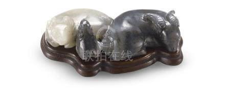 黑白玉巧雕三羊開泰擺件 A CARVED JADE 'THREE RAMS' GROUP