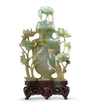 荷塘鷺鷥翠玉瓶 A JADE 'CRANES AND LOTUS' VASE