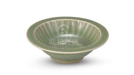 龍泉窯雙魚洗 A LONGQUAN CELADON-GLAZED 'TWIN FISH' DISH