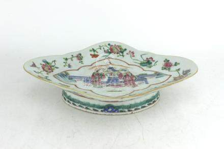 A CHINESE FAMILLE ROSE DIAMOND SHAPE DISH