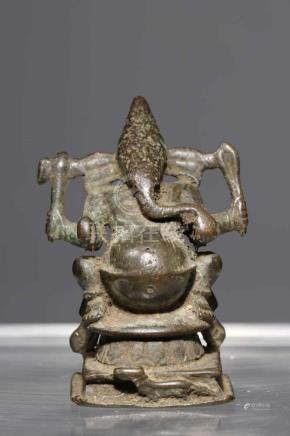 GANESHAbronze,India, 16th century,H: 7,5 cmVotive sculpture of Ganesha seated on elaborate 8-pointed