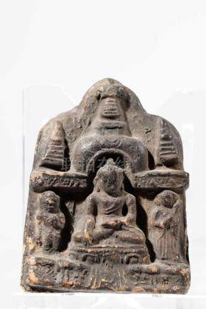 PAGAN VOTIVE BUDDHAClay,Birma, 12th centuryH: 4,5 cmBuddha in earth-touching gesture flanked by