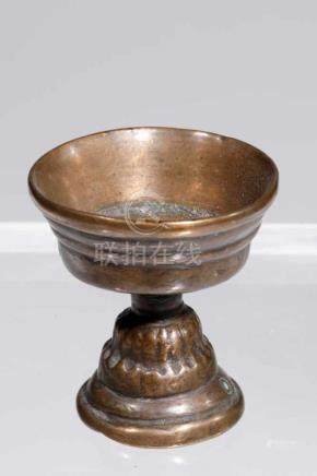 OILLAMPbronze,Tibet, 16th centuryH: 5 cmOillamp or butterlamp in baluster-form stem richly decorated