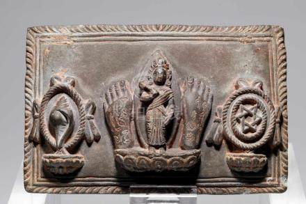 VISHNUstone,Nepal, 16th century,H: 10,5 cmeVishnu flanked by two feet, to the right a conch and to